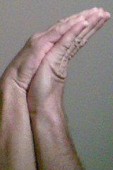 Fig. 2 - Mani giunte storte